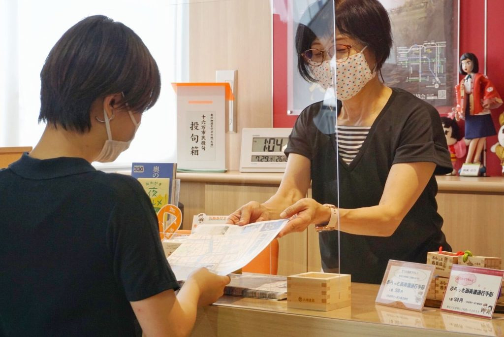 お客様へのパンフレット等の受け渡しもできる飛沫感染防止パーテーション