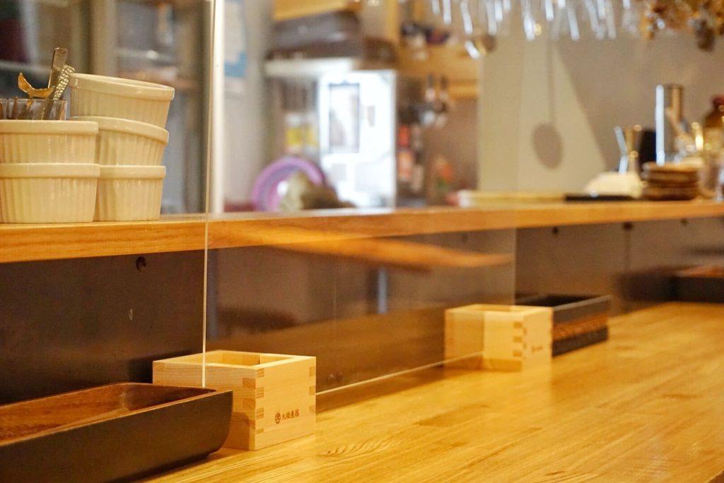 木質調の店内にもマッチする飛沫感染防止パーテーション