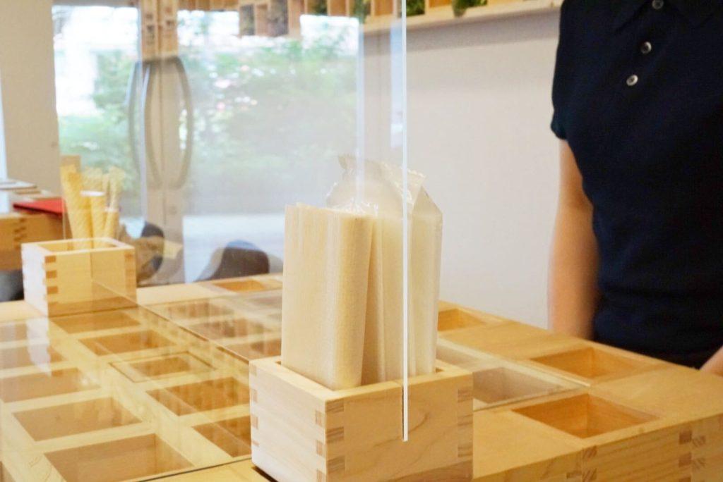 ナプキンやおしぼりを収納できる、飲食店で使えるおしゃれな飛沫感染防止パーテーション