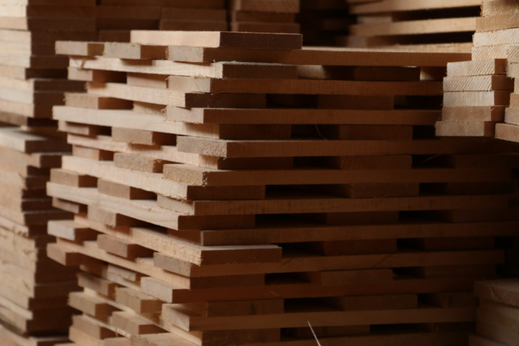 ヒノキの天日干し・自然乾燥法で木の伸縮や変形を無くす